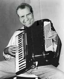 Richard Nixon, 1913-1994, Präsident der Vereinigten Staaten von 1969 bis 1974, lernte in seiner Jugend Geige, Klarinette, Saxophon und Akkordeon. Er konnte wirklich spielen! Stichworte: #Accordion, #Player, #Celebrity