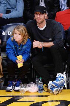 Chris Martin junto a su hijo en el baloncesto