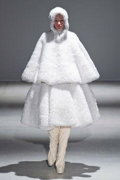 Défilé Gareth Pugh automne hiver 2014-15 : Manteau cape total-white ! #PinPFW