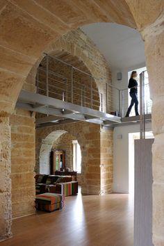 Architecte Lyon : renovation chapelle, pierre doré - Les escaliers métalliques ainsi que les passerelles recevant des dalles de verre feuilleté transparent, mais aussi les garde-corps sont des réalisations d'Escaliers Décors® (www.ed-ei.fr).