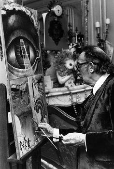 Dalí trabaja en un cuadro en la habitación de un hotel (28 de enero de 1971).