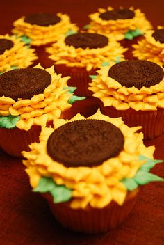 Sunflower cupcakes using a zip lock bag video. Think anyone can do this....