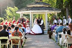 Lakeside Gardens is a beautiful venue in Oregon, that gave us the perfect surrounding colors for this ceremony.