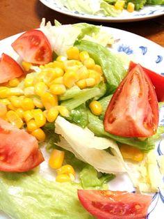 何巻だったか、水分をギリギリまで絞って濃縮トマトを作るっていう話のモデルになった農家さんの - 14件のもぐもぐ - 美味しんぼの掛川トマトとレタス・コーンサラダ by mayuwo