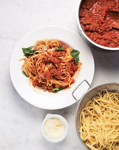 Bolognese Sauce / Traditional Bolognese usually involves a much longer cooking period but this Bolognese Sauce is a quick and easy weeknight version. Double this recipe. Invite over a lot of people or freeze half. Sauce Recipes, Pasta Recipes, Dinner Recipes, Cooking Recipes, Dinner Ideas, Beef Recipes, Supper Ideas, Freezer Cooking