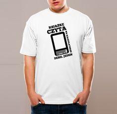 książkę czyta, na kalkulatorze, debil jeden.  (reads a book, on calculator, moron)    by zuchowestudio.pl