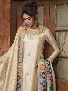 Trendy Wedding Dresses Pakistani Mehndi Fashion Styles Ideas Source by dress pakistani Pakistani Party Wear, Pakistani Wedding Outfits, Pakistani Couture, Pakistani Bridal, Indian Outfits, Indian Dresses, Pakistani Mehndi Dress, Wedding Hijab, Desi Wedding