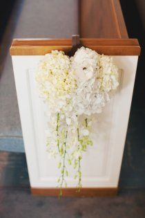 Cascading pew bouquets. Photo: http://stacyreeves.com