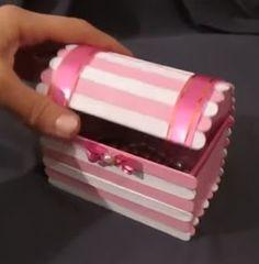 Haz bonitos cofres con palitos de helado y cartón reciclado ~ Haz Manualidades Diy Home Crafts, Diy Arts And Crafts, Handmade Crafts, Crafts To Make, Fun Crafts, Crafts For Kids, Craft Stick Projects, Diy Popsicle Stick Crafts, Popsicle Stick Houses