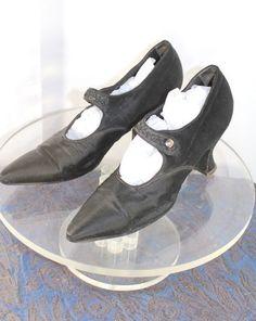 Black Silk Evening Shoes w/Beaded Straps - Margaret Hamilton's girlhood black shoes! Vintage Shoes Women, Vintage Outfits, 30s Fashion, Vintage Fashion, Black Silk, Black Leather, 1920s Shoes, Art Deco Dress, Rhinestone Heels