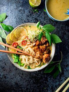 Malesialainen tofulaksa (V, GF) – Viimeistä murua myöten Veggie Recipes, Asian Recipes, Vegetarian Recipes, Healthy Recipes, Veggie Food, Pesco Vegetarian, Food Cravings, I Love Food, Healthy Cooking