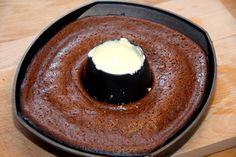 Grillet chokoladekage i kyllingeholder er en både smart og nem måde at lave dessert på. Kagen grilles mens du spiser hovedretten. Med denne opskrift på grillet chokoladekage i kyllingeholder tager …