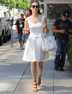Emmy Rossum : son look d'été en robe blanche