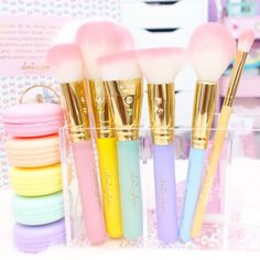 Inspired by all things sweet and glam! The Macaron Glam Brush Set is perfect for the girl who craves pastel prettiness!♥♥ With lilac, pink, light blue, yello...