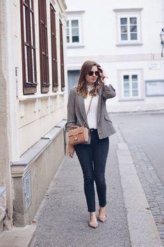 Streetstyle Herbst Outfit mit Blazer Hahnentritt Jeans und Rollkragenpullover