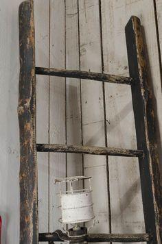 Echelle Echelle en bois nature avec des traces de teinte noire. Livraison : me contacter.