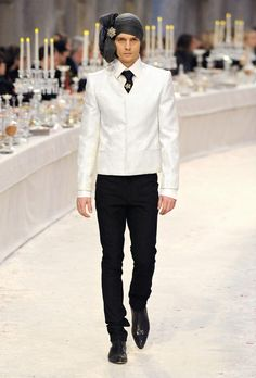 Karl Lagerfeld staged an opulent showing for Chanel's pre-fall 2012 collection,mixing Indian and European fashion. The six menswear looks featured strong shouldered jackets and and tapered trousers. The exquisite collection is quite. Chanel Men, Chanel Paris, Dandy, India Fashion, Mens Fashion, Capitol Couture, Bollywood, Vogue India, Turban Style