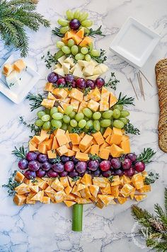 Bring one of these creative appetizers to your Christmas party! These Christmas appetizers include dips, spreads, finger foods and much more. Christmas Party Food, Christmas Brunch, Xmas Food, Christmas Appetizers, Christmas Cooking, Noel Christmas, Christmas Goodies, Christmas Desserts, Holiday Treats