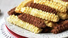 A nagymama előkészítette a húsdarálót, és akkor már tudtuk, hogy jó dolgunk lesz, mert hamarosan darálós süti készül. És így is volt. A nagyi mindig pontosan tudta, mi kell nekünk, gyerekeknek. No Salt Recipes, My Recipes, Dessert Recipes, Favorite Recipes, Best Sandwich Recipes, Smoothie Fruit, Cookie Pie, Hungarian Recipes, Food For Thought