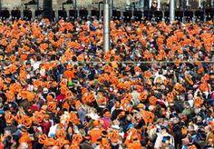 30-Apr-2013 10:13 - DAM IS VOL: 25.000 MAN. De Dam in Amsterdam staat vol. Volgens de gemeente zijn er 25.000 mensen op het plein. Oranjefans en andere feestgangers kunnen niet meer via het…...