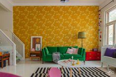 Tämä turkulaisen puutalokodin olohuone on ihanan iloinen kokonaisuus! Takaseinällä ihastuttaa Birger kaipiaisen suunnittelema Kiurujen yö -tapetti