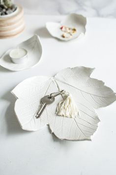 DIY Air Dry Clay Leaf Bowl Tutorial by Fall for DIY for Design Sponge. This is such a pretty and easy DIY. You can simply change the look of the leaf bowl by changing the leaf you choose to press in the clay. (via truebluemeandyou) Diy Air Dry Clay, Diy Clay, Clay Crafts, Diy Fimo, Paper Clay, Clay Art, Clay Jewelry, Jewelry Crafts, Jewelry Tray
