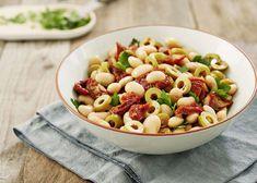 Weiße-Bohnen-Salat mit sonnengetrockneten Tomaten und Oliven. Perfekte Grillbeilage!