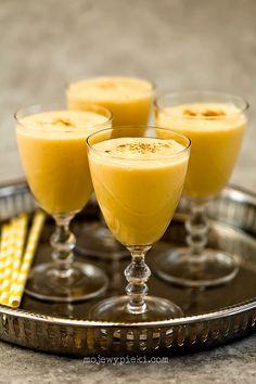 Mango lassi       2 bardzo dojrzałe mango, obrane, odpestkowane i pokrojone     1,5 szklanki jogurtu naturalnego 'light', schłodzonego     1 szklanka mleka, schłodzonego     4 łyżeczki golden syrupu lub miodu     kilka kostek lodu     kilka szczypt kardamonu