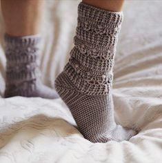Pearl Socks, crochet pattern by Mon Petit Violon Crochet Socks Pattern, Crochet Quilt, Crochet Yarn, Crochet Hooks, Knitting Patterns, Crochet Patterns, Crochet Ideas, Crochet Baby Socks, Crochet Storage