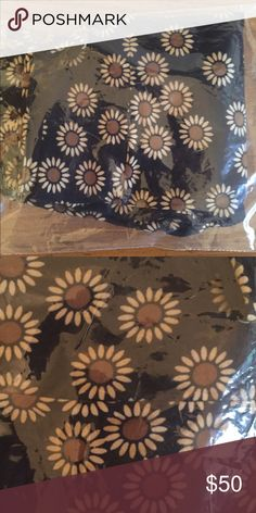 Lularoe OS Daisy Legging Lularoe Leggings. One Size. New. Never Worn. Black with Daisy Design. Daisy petals are more off white. HTF. Adorable unicorn. One of my favorite LLR designs. It is just so happy! LuLaRoe Pants Leggings