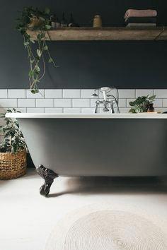 32 Ideas of Monochrome Bathroom Wall Decor – House The Design Small Bathroom With Tub, Dark Bathrooms, White Bathroom Tiles, Bathroom Wall Decor, Bathroom Interior Design, Bathroom Storage, Light Bathroom, Bathroom Ideas, Bathroom Vanities
