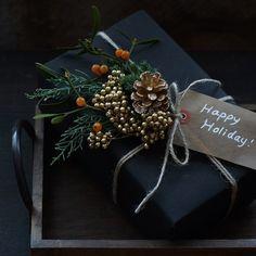 今年のクリスマス飾りは、スワッグが大流行!! 束ねるだけと簡単で、おしゃれなスワッグはお正月飾りにもなりますよ。ゴールドをきかせた2Wayに楽しめるスワッグの作り方を紹介します。