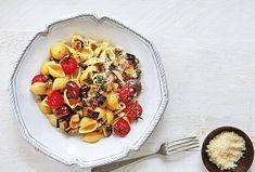 Jednoduchý a rychlý pokrm v podobě těstovin s opečeným lilkem, cuketami a rajčaty si ihned všichni oblíbí. Přidejte do něj kapary, olivy a strouhaný parmazán a lehký oběd či večeře s vůni Itálie je na světě.Jednoduchý a rychlý pokrm v podobě těstovin s opečeným lilkem, cuketami a rajčaty si ihned všichni oblíbí. Přidejte do něj kapary, olivy a strouhaný parmazán a lehký oběd či večeře s vůni Itálie je na světě.#recept #testoviny #lilek #rajce #recipe #pasta #eggplant #tomatoe Pasta Salad, Acai Bowl, Oatmeal, Breakfast, Ethnic Recipes, Crab Pasta Salad, Acai Berry Bowl, The Oatmeal, Morning Coffee