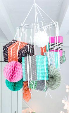 Leg de cadeautjes eens niet onder de kerstboom, maar hang ze aan een zelfgemaakte kroonluchter!