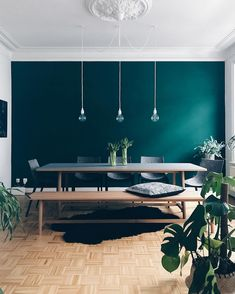 salle a manger table bois banc parquet bois mur de couleur vert canard emeraude … dining room table wood bench parquet wood wall color green duck emerald hanging fixture bulb carpet fur black green plants monstera interior decoration deco room Dining Room Design, Dining Room Table, Green Dining Room, Dining Room Feature Wall, Turquoise Dining Room, Dining Room Paint, Dining Area, Home Interior Design, Interior Decorating