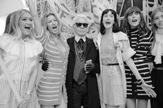 Karl Lagerfeld avec ses tops Georgia May Jagger, Gisele Bündchen, Anna Cleveland et Catherine McNeil au défilé Chanel printemps-été 2015