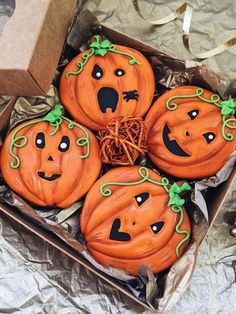 - Pumpkins by Lambakery Halloween ideas (halloween cookie decorating party) Thanksgiving Cookies, Fall Cookies, Pumpkin Cookies, Cute Cookies, Holiday Cookies, Halloween Food Crafts, Halloween Look, Halloween Sweets, Halloween Baking