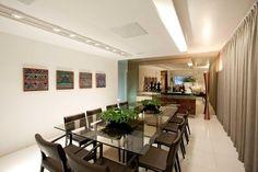 Decoração de Sala de Jantar -Sala de jantar ampla com uso de espelho na parede e mesa grande de vidro Projeto de LF Rezenda
