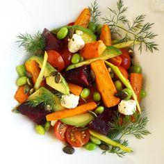 Nederst i grønnsaksskuffen lå tre gulrøtter, en vårløk og en rødbete. I fruktkurven ropte en avokado om hjelp. Den var myk så det holdt. Det måtte bli salatmandag. Og med litt feta, en håndfull spr…