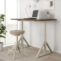 Refresh your home - IKEA - IDÅSEN, Desk sit/stand, black, beige, Warranty. You can easily adjust the height of the desk between and by using the handle to get the best position for both sitting and standing. Ikea Office, Ikea Desk, Ikea Standing Desk, Best Standing Desk, Sit Stand Desk, Ikea Family, Adjustable Desk, Under The Table, Desk Setup
