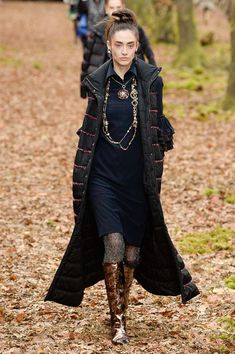 Chanel Fall 2018 Ready-to-Wear Fashion Show Collection: See the complete Chanel Fall 2018 Ready-to-Wear collection. Look 61 Collection Couture, Fashion Show Collection, Style Couture, Couture Fashion, Fashion Week 2018, Living At Home, Womens Fashion For Work, Karl Lagerfeld, Street Style Women