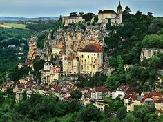 Rocamadour : prepare your stay with the Michelin Green Guide. Useful info, unmissable tourist sites, hotels and restaurants - Rocamadour Rocamadour France, Dordogne, Medieval, Sites Touristiques, Beau Site, Travel Humor, Funny Travel, Pacific Coast Highway, Saint Michel