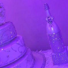 Press play and watch all that bling  #weddingcake #caketable #memorybottlle #champagnebottle #champagne #champagneflutes #champagneglasses #champagne #serverset #eventplanner #bridesmagazine #blingcake #weddingaccessories #weddingday