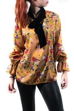 Famosísima camisa de estampado floral en raso mate. El cuello y el lazo son de terciopelo para dar un lookazo de infarto.