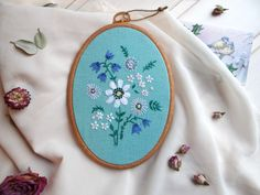Embroidery hoop with daisy flower on turquoise linen is a perfect home decor item, housewarming gift, gift for you, your friends or any floral decor lover. Botanical wall art with floral bouquet is 100% handmade.