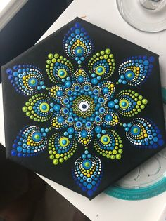 Uno de mis proyectos favoritos todos los tiempos. Los colores azules y verdes son un combo tan feliz y el diseño encaja perfectamente en el lienzo hexagonal.