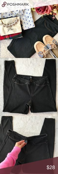HUE Black Jeggings✨ Beautiful pants. Womens size medium. Little to no signs of wear. Waist is 14 inches flat but this is stretchy. Total length is 35 inches. HUE Pants Leggings