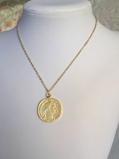 Exceptional A Gold Chain for Men Makes The Perfect Gift Ideas. Exhilarating A Gold Chain for Men Makes The Perfect Gift Ideas. Gold Coin Necklace, Coin Jewelry, Dainty Jewelry, Men Necklace, Jewelery, Vintage Jewelry, Versace Jewelry, Gold Chains For Men, Gold Medallion