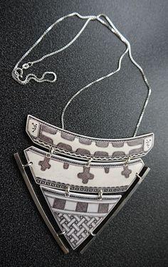 Halssmycke Bone Crafts, Bone Jewelry, Traditional Outfits, Handicraft, Sterling Silver Jewelry, Norway, Scandinavian, Bones, Arrow Necklace