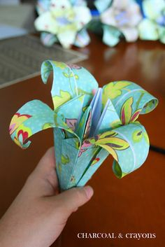 How To Fold A Paper Lily {Flower Origami} ~ This is the perfect tutorial if you love lilies and paper. With just a few simple steps you too can make your own flower origami paper lily. Diy Origami, Origami Paper, Diy Paper, Dollar Origami, Origami Ball, Origami Orchid, Origami Folding, Origami Design, Oragami